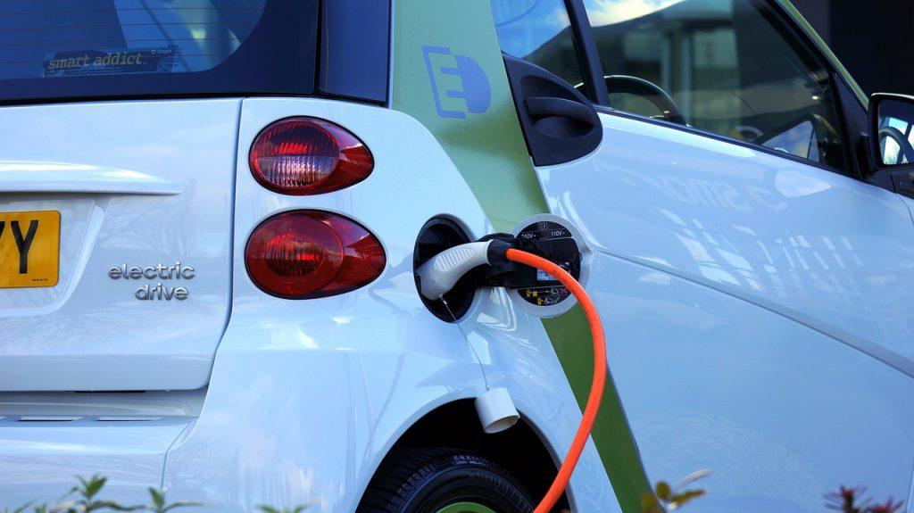 voiture électrique en train de recharger